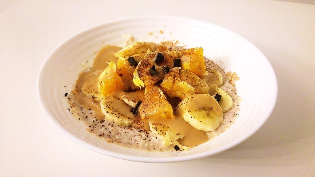 Owsianka z bananem, pomarańczą, gorzką czekoladą i syropem WK o smaku krówki