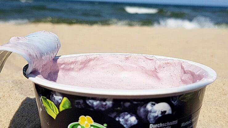 Arla Protein Serek wysokobiałkowy (jagodowy) - wygląd jogurtu i plaża