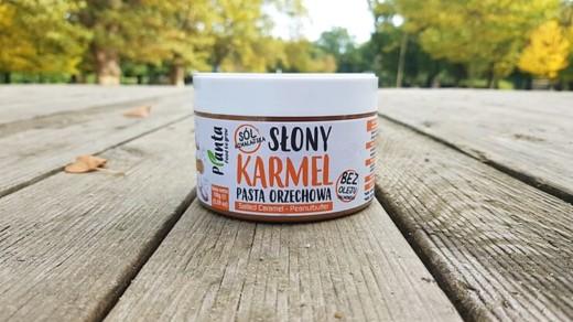 Pasta orzechowa słony karmel Plante na deskach