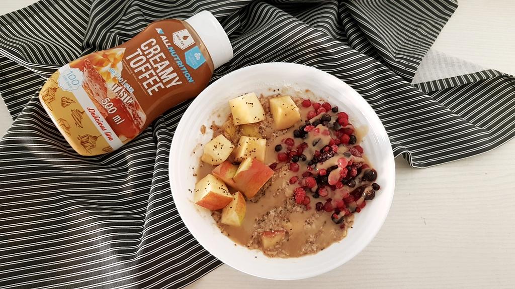 Owsianka z sosem AllNutrition Creamy Toffee, mrożonymi owocami, białkiem i jabłkiem
