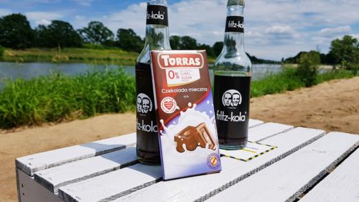 Czekolada Torras mleczna (bez cukru) na tle Prosto z Mostu Beach Bar