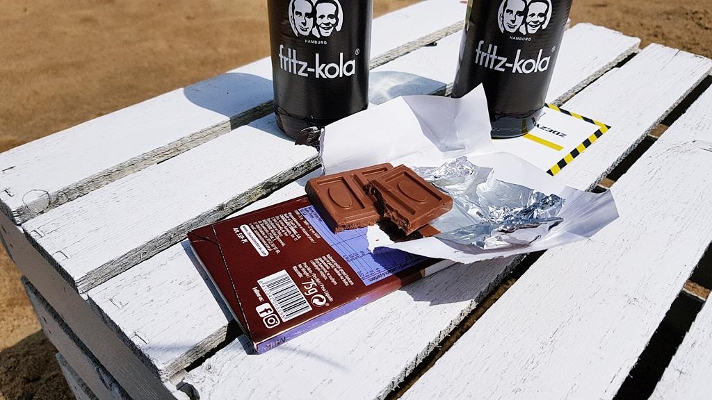Czekolada Torras mleczna i Fritz-Kola na tle Prosto z Mostu Beach Bar