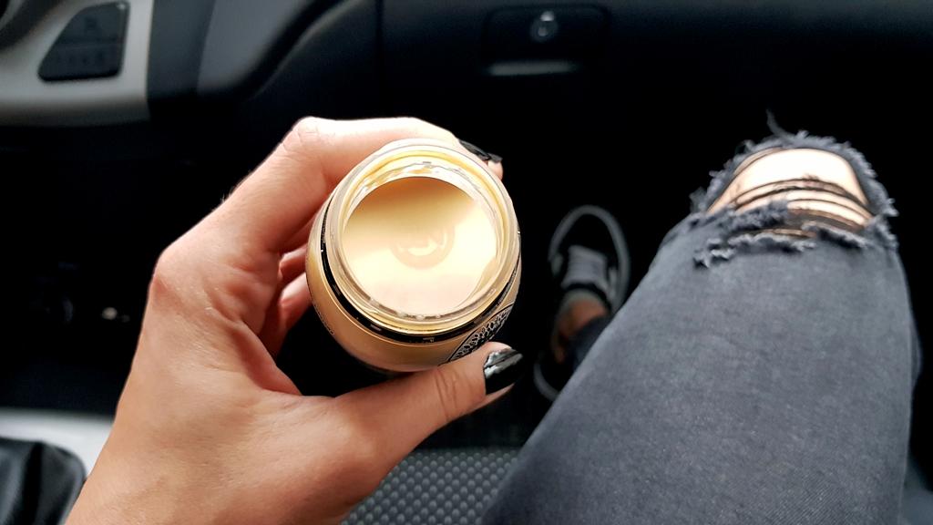 BLACK and WHITE SMOOTHIE (pina colada z kawą), Solevita - zdjęcie produktu w samochodzie