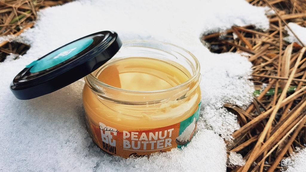BeRAW Krem orzechowy COCONUT na tle śniegu
