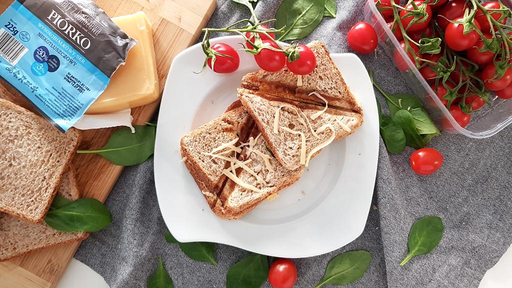Fit tosty z serem Piórko, szpinakiem liście i pomidorami truskawkowymi