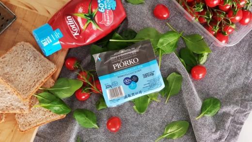 Ser Piórko Ceko, pomidory, szpinak liście, ketchup Kotlin